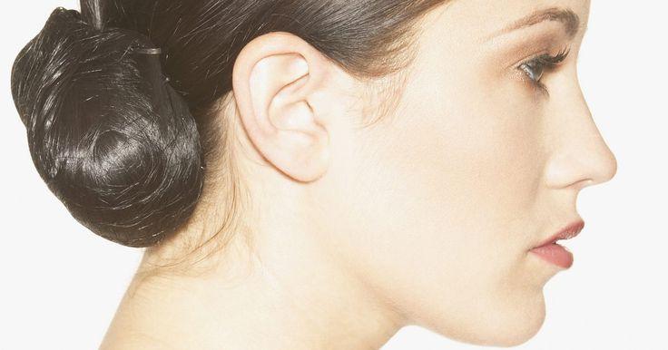 Como fazer desaparecer as manchas do rosto. As pessoas podem ter manchas escuras na pele por vários motivos. A acne e os hormônios da gravidez são alguns deles, mas a causa mais comum é a exposição ao sol. Há várias maneiras de ajudar a tratar e remover as manchas, mas feito isso, você deve criar alguns hábitos para impedi-las de voltar.