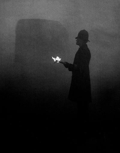 a fire torch showing the way during the great smog in London