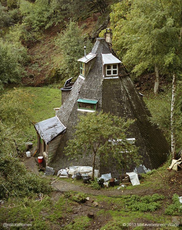 Esta es una de las casas de la ecoaldea Matavenero, una aislada región montañosa en España que fue repoblada en 1989 por un grupo de personas de diferentes nacionalidades.