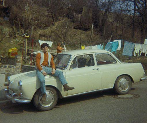 Gut gelaunt vor bunter Wäsche: der Volkswagen Typ 3  Bild: Roland Steffen