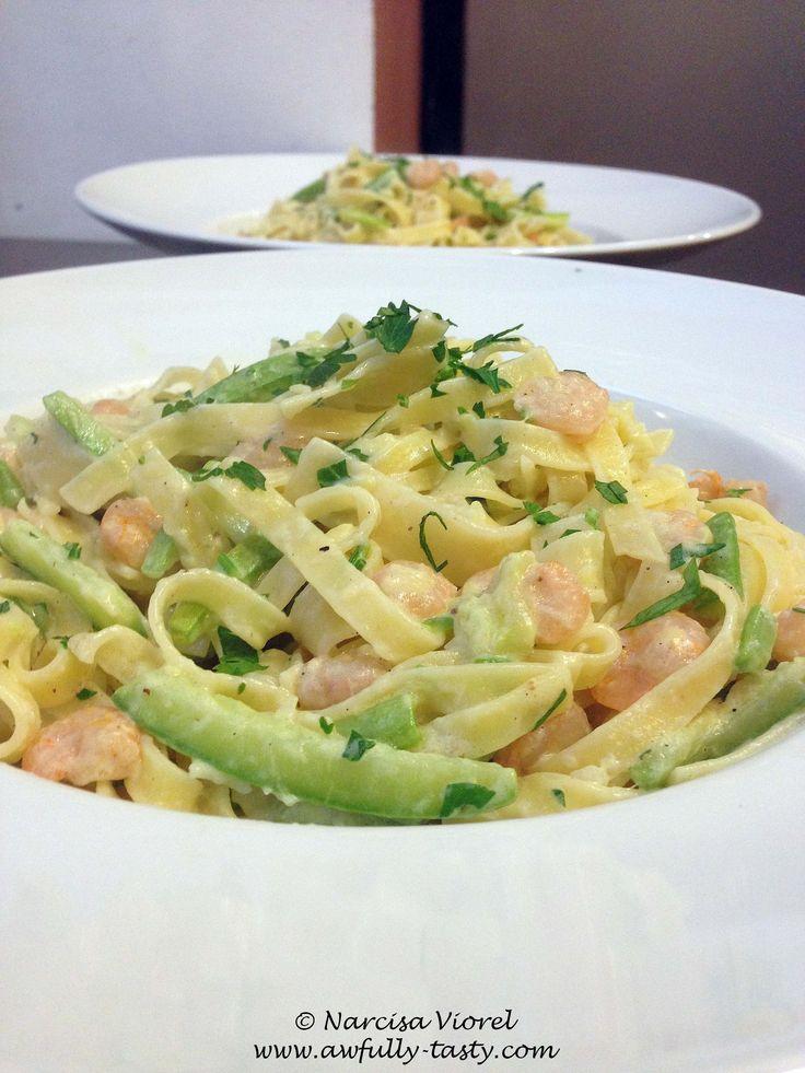 Tagliatelle cu zucchini si creveti. Tagliatelle with zucchini and prawns.