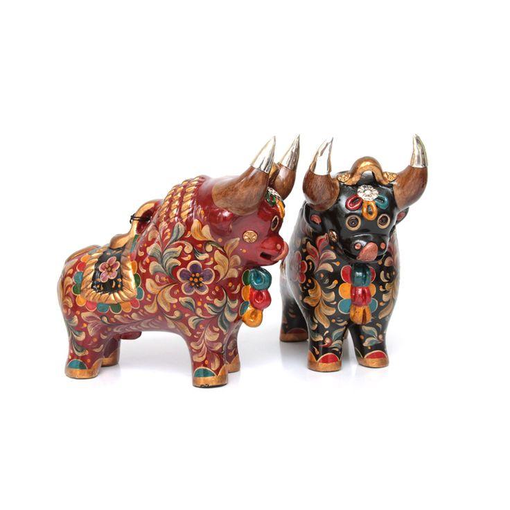 Las figuras de cerámica de los toritos de pucará son parte del sincretismo de Perú, se encuentra en los tejados como un símbolo de buena suerte y prosperidad. Estos toritos vienen de la región de Pucara en Puno, son hecho en ceramica y tienen aplicaciones en Plata Sterling 950, su belleza y finos detalles los hace verdaderamente una joya peruana. Alexandra Temple - Diseñadora Peruana de Joyas http://alexandratemple.com/joyas-en-plata-peruana/