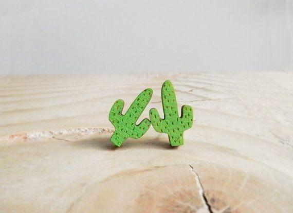 Un par de pequeños grabados Saguaro cactus pendientes de madera! Cada par ha sido laser corte y grabado antes de ser mano pintado y acabado.