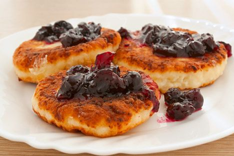 Not quite a pancake and something more solid than a cheesecake, syrniki are a delightful hybrid of both and a staple fixture in the Russian breakfast line up. Source: Lori / Legion Media.