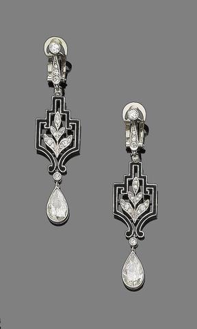 Een paar van de art deco diamant en emaille hangende oorbellen,
