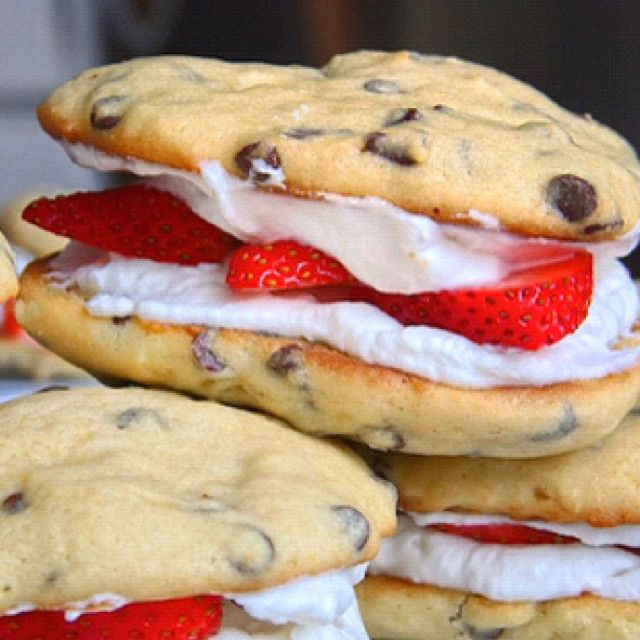 Chocolate chip cookies, cool whip, and strawberries. sweet goodness: Desserts, Chocolate Chips, Chocolates Chips Cookies, Food, Strawberries, Whoopie Pies, Cookies Sandwiches, Whipped Cream, Whipcream
