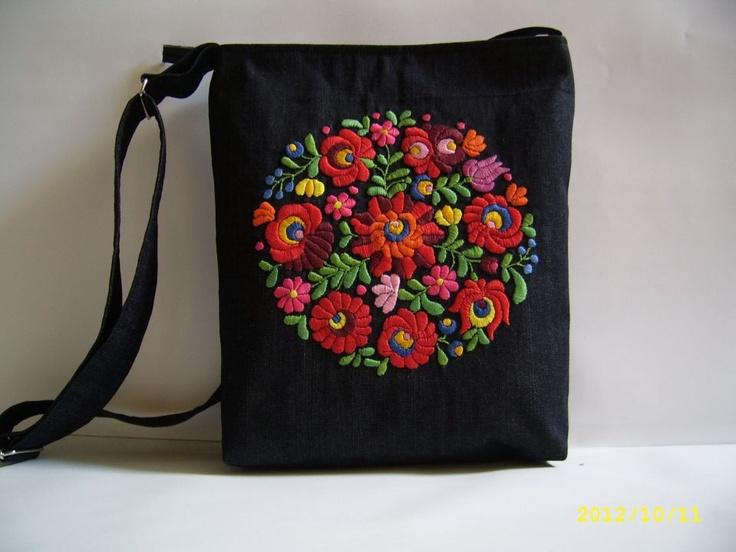 Kézzel hímzett kalocsai motívumos táska by http://www.breslo.hu/nyitraiadi/shop
