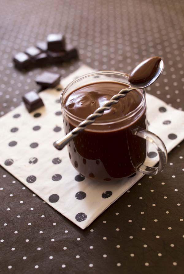 Recette du cioccolate calda, le chocolat chaud italien épais. Très épais on le déguste à la petite cuillère en Italie. A l'eau ou au lait de vache, on peut le surmonter de chantilly pour faire un cioccolate con panna.