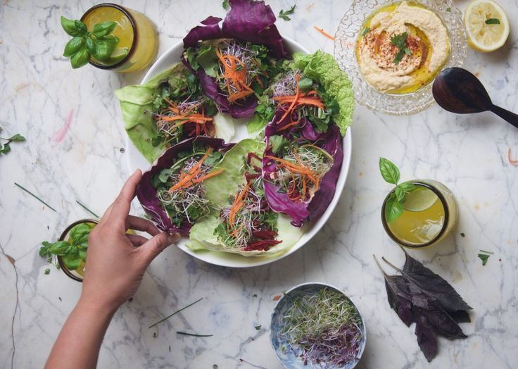 Fris en gezond recept voor mediterraanse koolwraps. Een koolblad gevuld met hummus, wortel, rode biet en verse kruiden. Heerlijke lichte maaltijd!