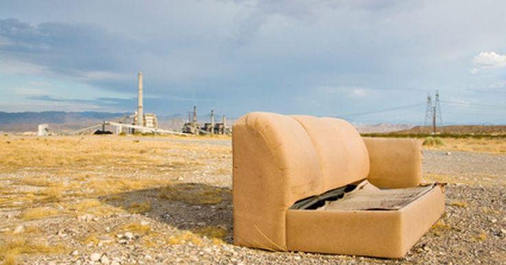 Ideas para rediseñar un viejo sofá. Los sofás viejos son difíciles de encontrar en tiendas de segunda mano, rellenos sanitarios e incluso en anuncios clasificados en línea. Si compras un viejo sofá o tienes uno propio, rediséñalo de una manera nueva. Gira el sofá para darle un acento para tu patio o a una nueva pieza de mobiliario para tu hogar. Utiliza ideas para rediseñar y ...