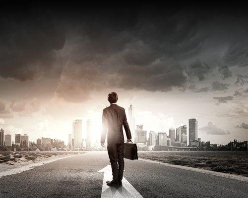 Nach einer längeren Pause wieder in den Job einzusteigen, gestaltet sich oft schwieriger als erwartet. Wir zeigen, wie der Wiedereinstieg gelingt...
