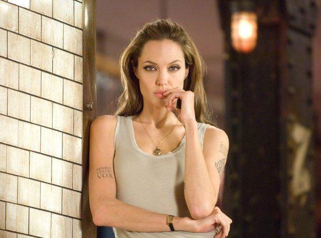Angelina Jolie llevaba un tanque muscular una foto promocional para su liberación 2008 Wanted.  Foto cortesía de universal