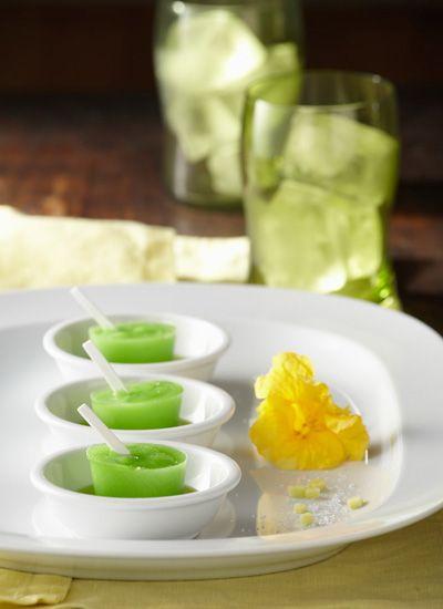 Paleta de mango verde con sal marina, pimienta y limón, acompañada de aceite de cilantro cimarrón. Se sorprenderá con estas paletas elaboradas con ingredientes exóticos que despertarán todos sus sentidos. Elabórelas para su familia o simplemente por darse gusto con nuevos placeres.
