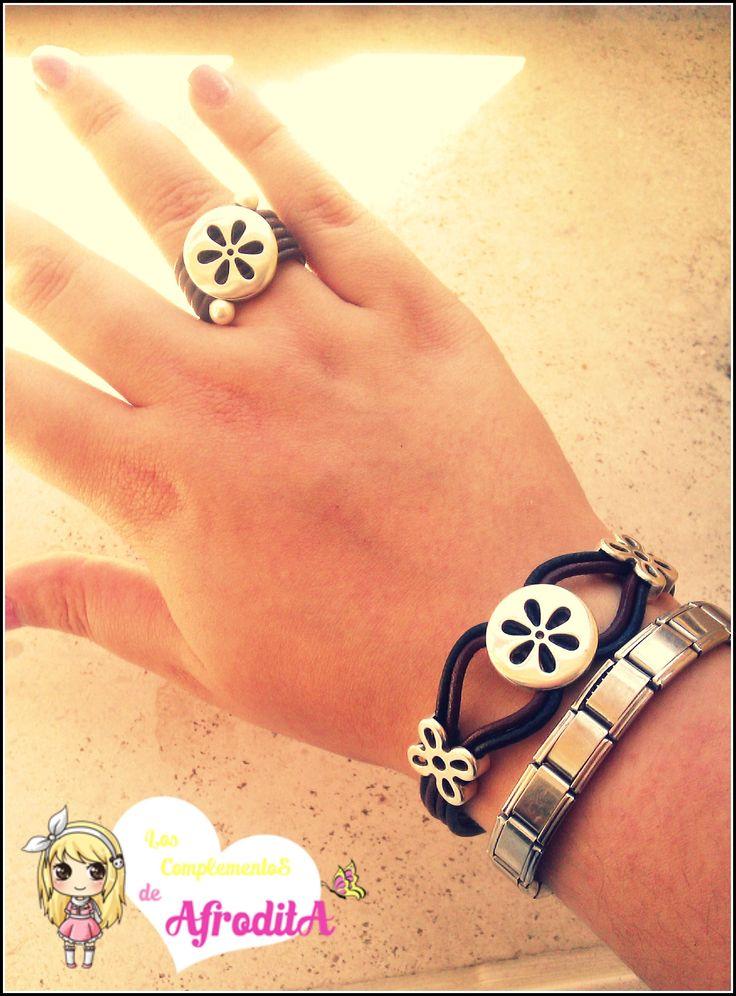 Conjunto de anillo y pulsera en cuero marrón y negro con zamak de flores