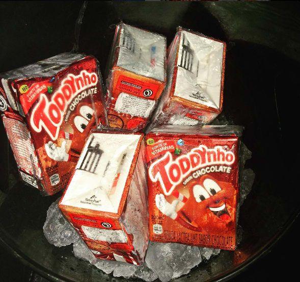 Basta bater em um liquidificador duas caixinhas de toddynho com duas de creme de leite, uma de leite condensado e cerca de 300ml conhaque. Você não sabe se vai ficar mais doido por causa do álcool ou da quantidade de açúcar deste drink.