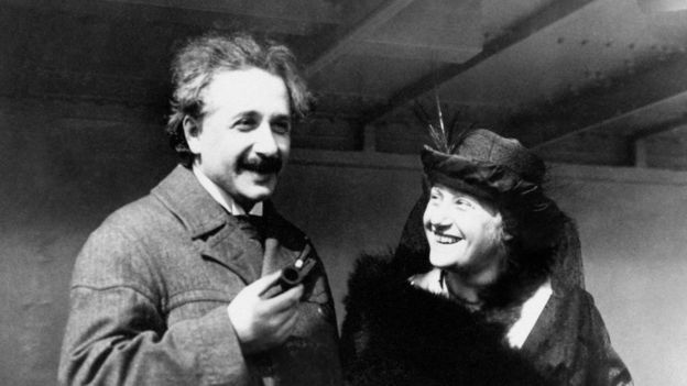 Albert Einstein y esposa