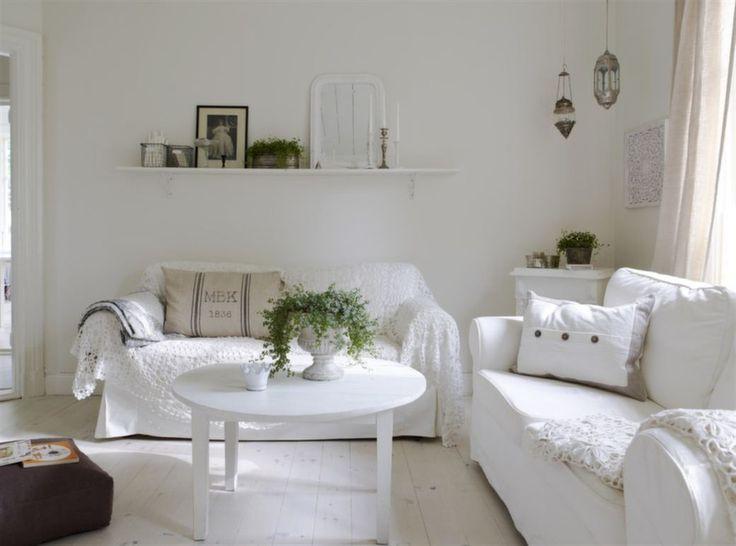 ℋäŋg ɱɛɖ тιℓℓ ɛtt ℓitɛt ѕött ρarɧus ι Nყƙöpιŋg: Vardagsrummet i gammal stil, med vita soffor täckta med virkat överkast och ett runt gammaℓt bord, måℓat i vitt | Leva & Bo
