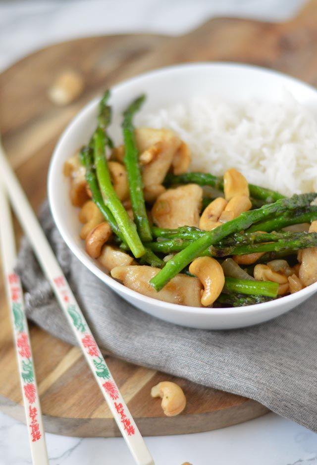 Kip met cashewnoten uit de wok. Een heerlijk recept uit de Aziatische keuken welke je al binnen een half uur op tafel zet. De kip is boterzacht en samen met frisse groene groenten en knapperige cashewnoten een top maaltijd uit de wok.