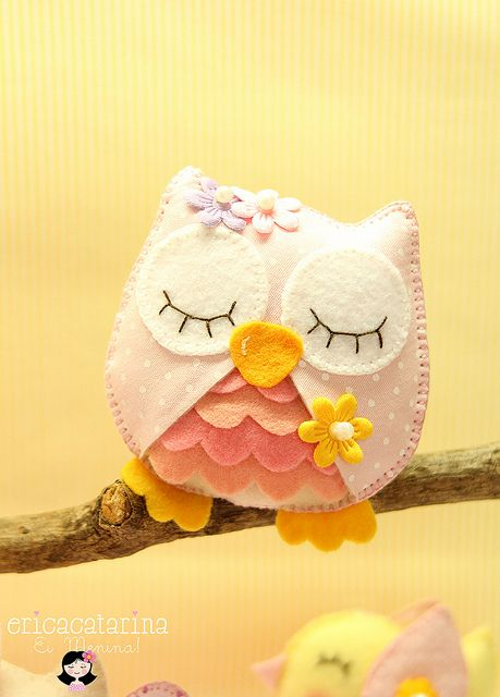 Ei Menina!: corujinha :: Need to bump the eyelashes back/a bit lighter to fit the colorway of the owl!!!