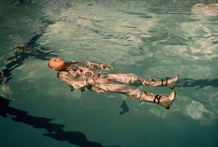 33. Нил Армстронг плывет в своем скафандре в бассейне, 1967