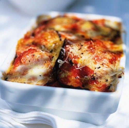 Gratin d'aubergines : Aubergines, tomates concassées, oignon, huile d'olive, sel, poivre, sucre, origan séché, basilic séché, parmesan râpé, mozzarella.