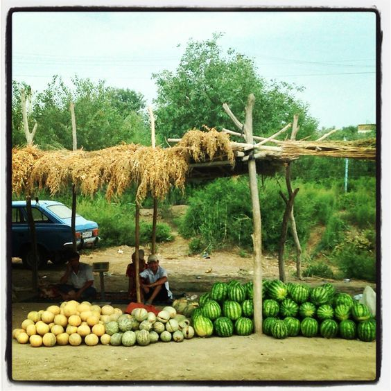 Tra Khiva e Bukhara c'è chi vende angurie e meloni. Photo by Riccardo Negro