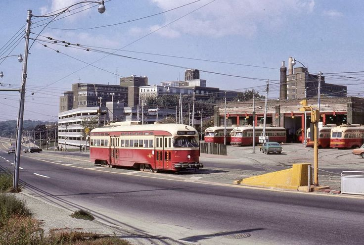 Photo Toronto, Queensway just W of Roncesvalles +TTC Streetcar