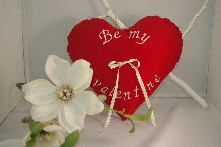 Vraag je geliefde ten huwelijk, op Valentijnsdag! Doe het dan wel met een ringenkussentje van Corrie's bruidskindermode en laat een mooie tekst op een kussentje borduren. Ik weet zeker, dat ze JA zegt!!! bruidskindermode.nl. Valentijnsdag, trouwen, huwelijk, ringenkussentjes.
