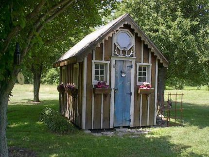 Recycled-materials shed: Gardens Ideas, Diy Gardens, Shedsumm House, Sheds Ideas, Cottages Gardens, Salvaged Materials, Small Gardens, Pots Cottages, Gardens Shedso