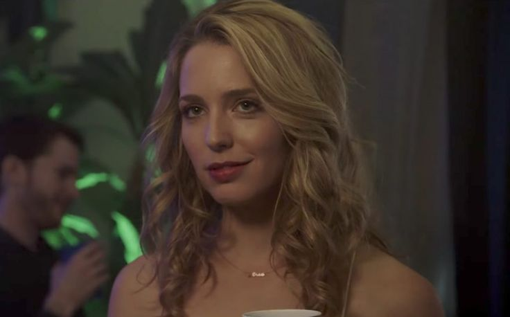 The gold name necklace that Jessica Rothe (Tree Gelbman) wears in the movie Happy Death Day (2017)