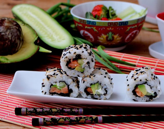Uramaki Sushi de Salmão, Pepino e Abacate: 200 g de arroz para sushiBom Sucesso 500 ml de água 3 c. sopa de vinagre/tempero para sushiKikkoman 2medalhões de ...