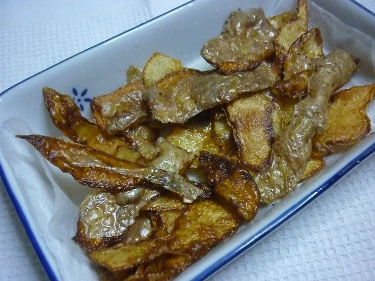 We are in a period in which it is really important to support the value of food and in this recipe, queen of the category of cooking with leftovers, we'll show you what may be tasty the potato skins that usually throw away. Fried potato skins