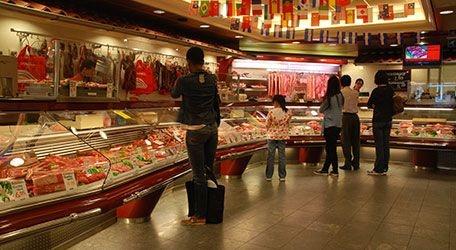 Slagerij Schell is de grootste slagerij van Nederland en een waar begrip in Rotterdam. De enorme winkel herbergt een enorm assortiment aan vleesproducten. In de subliem ingerichte zaak ligt het vers gesneden vlees prachtig uitgestald in de 25 meter lange vitrine die de winkel rijk is.