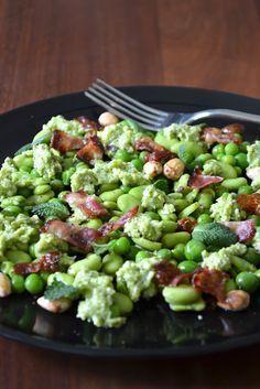 La Cuisine c'est simple: salade croquante de fèves et petits pois 200g de fèves surgelées (à remplacer par des petits pois pour les plus fainéants) 8 tranches de lard petit déjeuner 1 poignée d'amandes mondées (sans la peau) un filet d'huile d'olive et quelques feuilles de menthe pour décorer Pour la sauce aux petits pois: 200g de petits pois frais écossés ou surgelés (bio de préférence) 70g de parmesan râpé une vingtaine de feuilles de menthe le jus d'un demi-citron 8 cuillères à soupe…