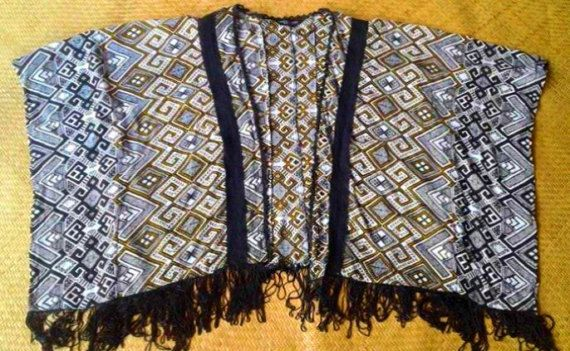 Poncho de cardigan abierto negro franja tribal blanco por SpellMaya