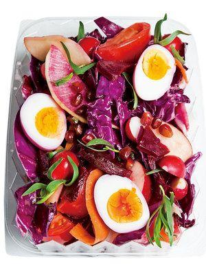 ゆで卵もビーツのゆで汁に漬けてピンクに染めて世界観を完成させて。|『ELLE a table』はおしゃれで簡単なレシピが満載!