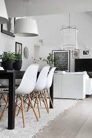 Silla Eames en comedor:las sillas blancas combinadas con la mesa negra aportan un bello contraste