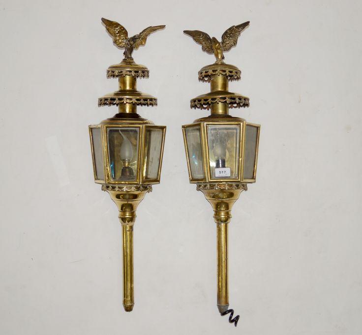Een paar geëlektrificeerde hexagonale messing koetslampen voorzien van geslepen ruitjes en bekroond door adelaars