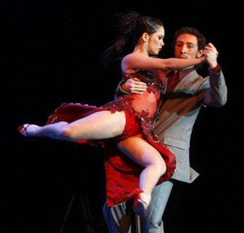 Буэнос-Айресе много различных Танго-Шоу. Все зависит от личного вкуса зрителя и немного от цены. Важно понять, что вы хотите от танго— классическое танго, или сценическую постановку в стиле «Бродвей», или ни то и ни другое, а то, как живет настоящее танго сегодня, среди людей— в милонгах.