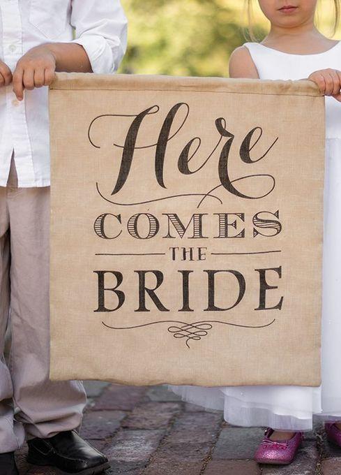 """お二人が来ることを知らせるタペストリー""""Here comes the bride"""" を持った お子様のお手伝いもあります"""