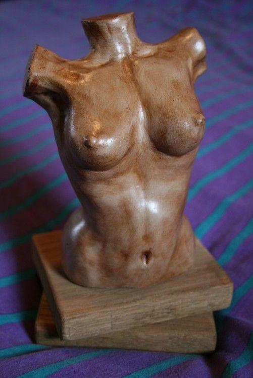 Buste femme (Sculpture) par MAGDA sculpture en argile séchée à l'air. Socle chêne.