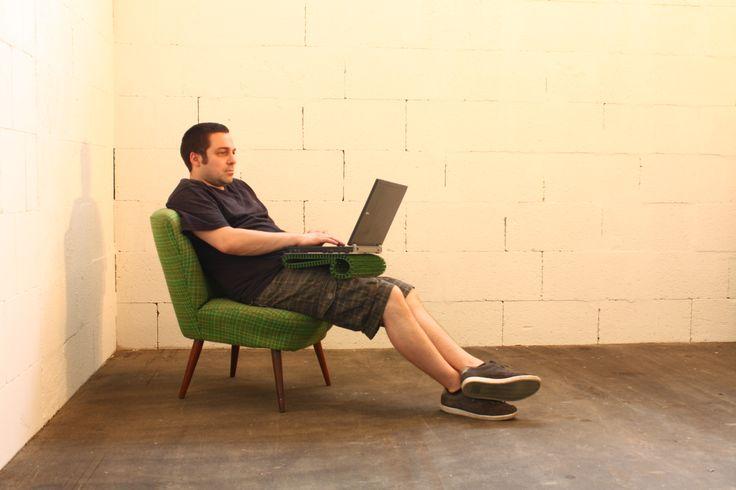 """Tablett für den Laptop. Die """"schoßmatte"""" ist hergestellt aus einer gewöhnlichen Fußmatte und einer dünnen Aluminium-Verbundplatte."""