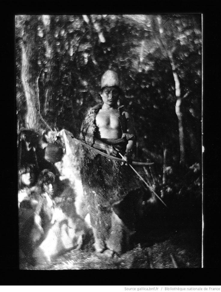 Terre de Feu-Patagonie. 33, Indien protégeant sa famille / [mission] Rousson et Willems ; [photogr.] Rousson ; [photogr. reprod. par] Molténi [pour la conférence donnée par] Willems