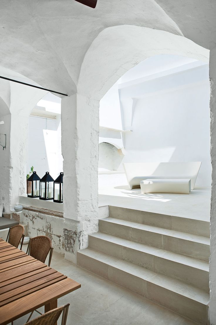 Il cortile interno con una loggia, che è diventato l'ingresso della casa