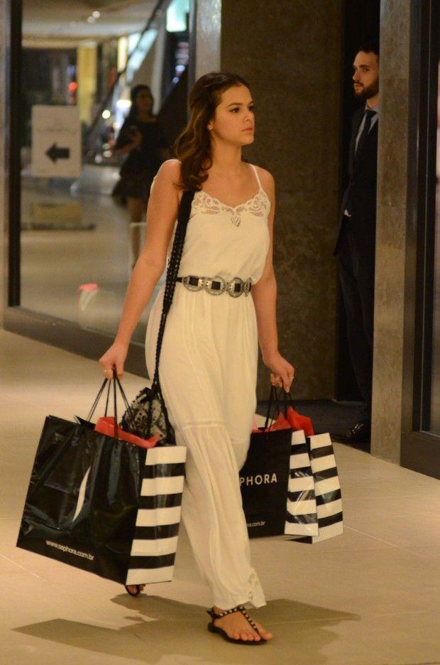 Bruna Marquezine com vestido longo e rasteirinha