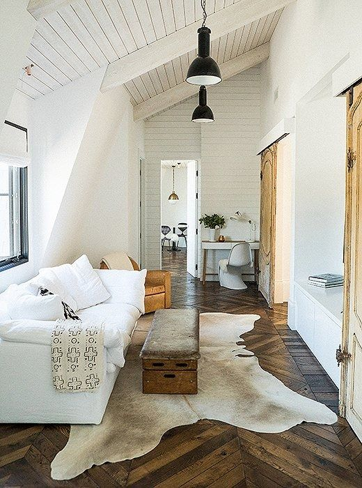To balance out the airiness of a minimalist decorating approach, tailor your palette to crisp and rich natural tones—the beige-brown of a cowhide rug, the caramel-tan of a leather chair, the pristine white of slipcovers.