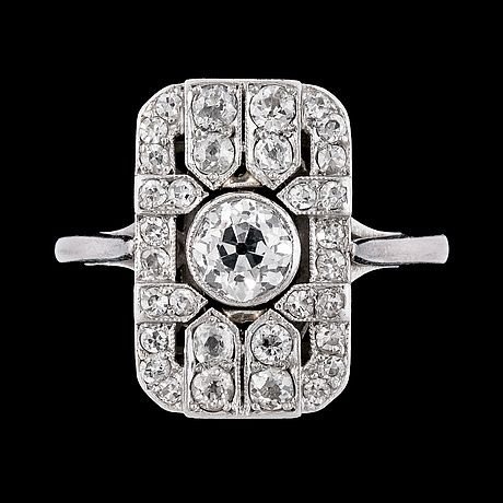 An Art Deco diamond ring, tot. app. 3.25 cts.  Platinum, center stone app. 1.25 cts.