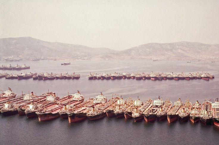 Δεκάδες ελληνόκτητα πλοία παροπλισμένα στον Κόλπο της Ελευσίνας στη διάρκεια της μεγάλης κρίσης τη δεκαετία του 1980. / A large number of Greek-owned ships laid-up in the Bay of Eleusis during the devastating crisis of the 1980's.