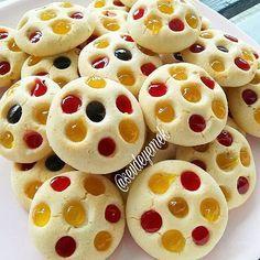 Meyve soslu kurabiye  500 gr un 200 gr pudra şekeri 80 gr çekilmiş fındık  2 adet yumurta akı 2 paket vanilya  Yarım paket kabartma tozu 250 gr margarin veya tereyağı  Üzeri için  Portakal  ve çilek sosu  Tüm malzemeleri bir kaba alıp  yoguruyoruz  yumuşak  bir hamur olacak  daha sonra  ceviz büyüklüğünde parçalar koparıp  yağlı kağıt  serilmis tepsiye diziyiruz uzerlerini hafif elimizle bastiriyoruz ve üzerlerine kalemin baş tarfiyla çukurlar oluşturuyoruz
