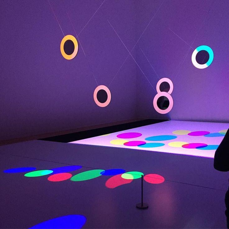 #ICC で見て感動し圧倒されて帰ってきた作品#ARTCOMというドイツのアート系団体のもので簡単に言うとちょーキレイですw頑張って説明すると広い空間にワイヤーで吊るされた5枚の円い鏡がふわふわ浮いてるみたいに動き回ります手前から赤青緑の三色の光がバラバラに出ていて鏡の前の床にはそれを反射した光が映り後ろの床にはその光を抜いた(引き算した)光が映るつまり鏡5枚照明3つ鏡の前後で2つ = 計30の色とりどりの円い光が鏡と合わせてふわふわ動くしかも動きに完璧に合わせた音楽が流れるこの一体感はすごかったですぼーっとしてしまうくらい引き込まれますそして鏡ってこんな風に使うこともできるのかと可能性を感じさせられました 以上頑張って説明しましたが体験しないと伝わらない系の作品なのでやっぱり見に行ってくださいこの展示は500円ミューぽんのアプリで100円引きですちなみに同会場で見れるライゾマティクスの作品はあんまりよくわかりませんでしたこれの方がオススメです #1日1アート #art #everydayart